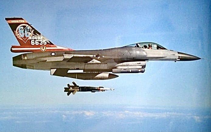 國軍主打建構不對稱精準打擊戰力。近期「中華民國的空軍」9月封面刊載F-16戰機投擲GBU-12雷射導引精靈炸彈的畫面,引起關注。圖/取自中華民國的空軍2021年9月號