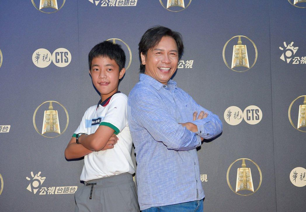 許傑輝(右)、李奕樵入圍金鐘戲劇節目男主角獎,2人背靠背火藥味濃。圖/公視提供