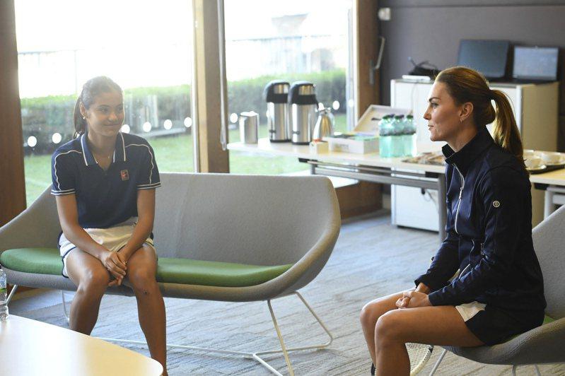 凱特(右)與瑞杜卡努聊天。美聯社