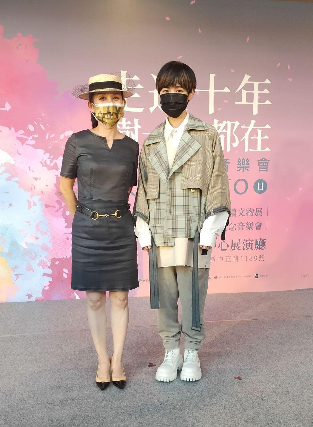 陳志遠遺孀陳若葵(左)歡迎魏嘉瑩參演「我不在,樹還在-陳志遠紀念音樂會」演出。圖