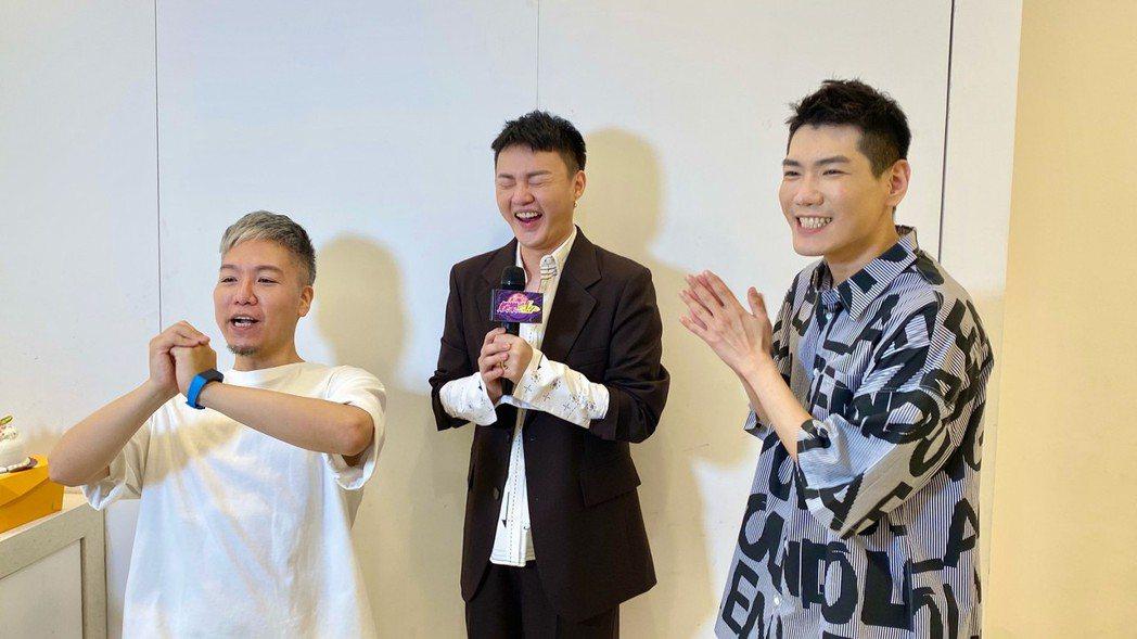 許富凱(中)為戲宣傳,「娛樂超skr」主持人阿甘(左起)、小路送上生日驚喜。圖/...