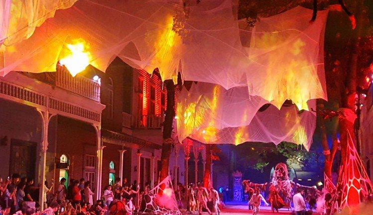夜間遊行加上天幕投影及燈光聲效,鬼魅氣氛十足,媲美國際級大秀!圖/六福村提供