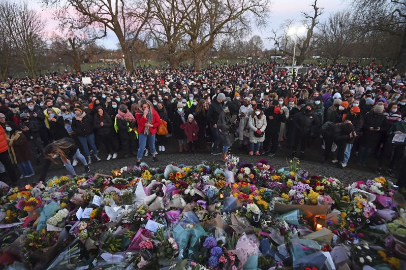 頻頻不斷的年輕女性遇害案引爆英國上下的輿論浪潮。圖為今年3月莎拉.艾弗拉德之死後民眾前往哀悼致意。 美聯社