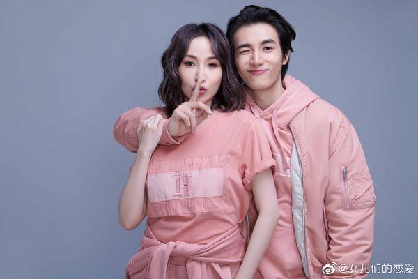 ELVA(左)與男友黃皓曾一起參加大陸戀愛真人秀「女兒們的戀愛」放閃。圖/摘自微
