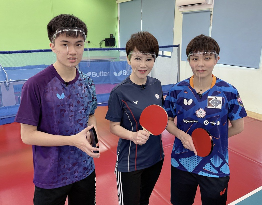 林昀儒、鄭怡靜一起教陳雅琳打桌球。圖/華視提供