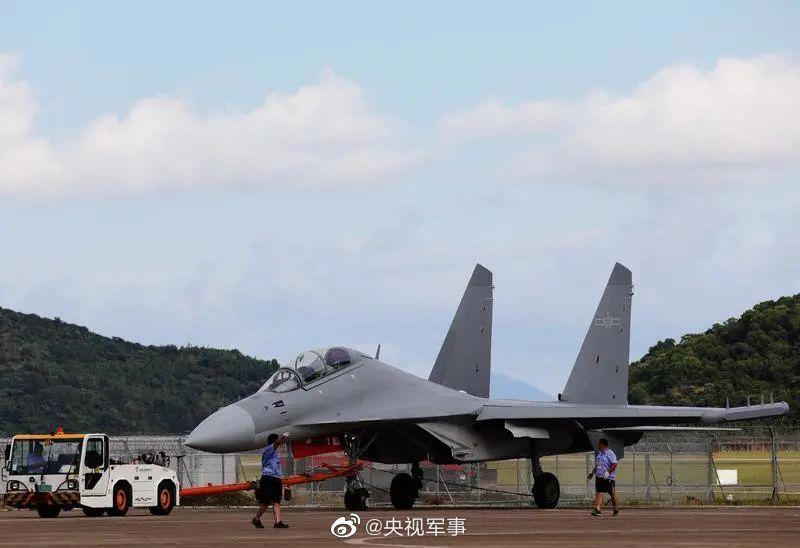 首次亮相的解放軍空軍殲-16D殲擊機,已進駐廣東珠海準備參加第13屆航展。(央視...