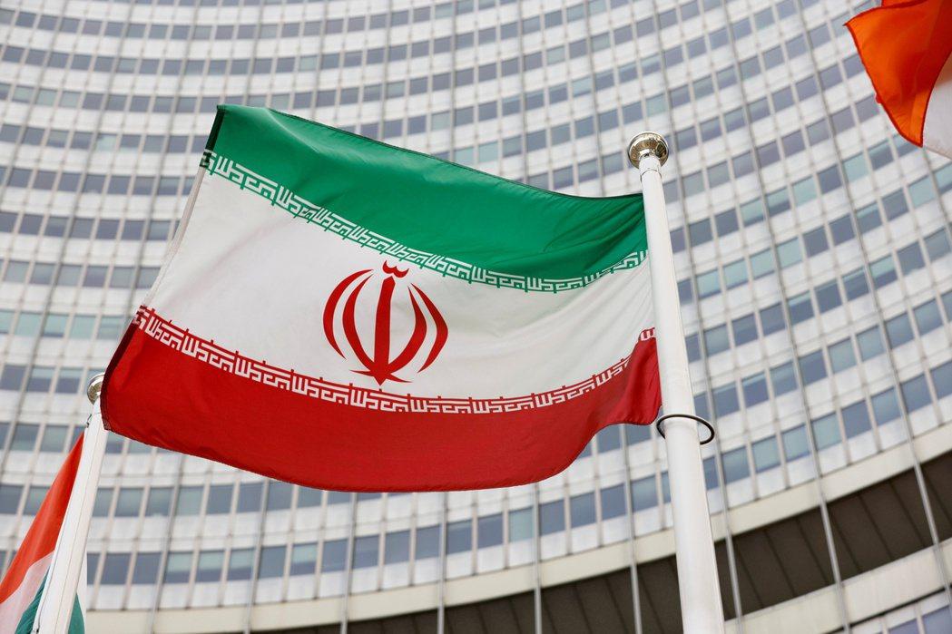 伊朗國旗在維也納國際原子能總署總部前飄揚。(路透)