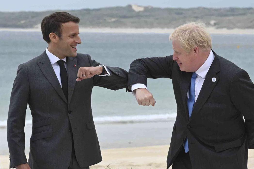 強生(右)與馬克宏6月在G7英國峰會上碰肘致意。(美聯社)