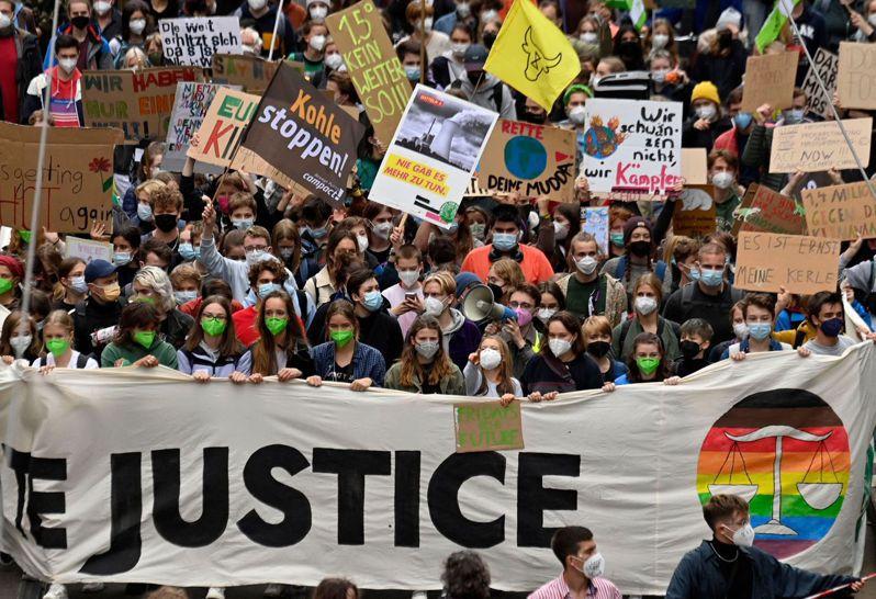 氣候變遷是廿六日德國國會大選的主要議題,包括瑞典氣候少女童貝里(中,比手勢者)廿四日到柏林參與示威,要求氣候正義。(法新社)