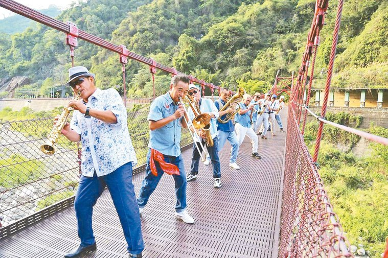 陳昇(左二)帶著昔日軍樂隊同袍,在苗栗公館的「出磺坑吊橋」上,大跳花式排舞。圖/...
