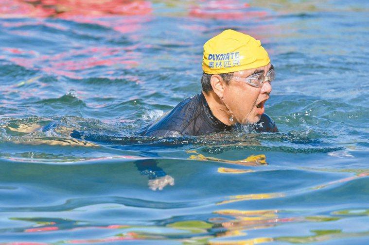 陳昇熱愛騎單車、游泳,圖為他2019年參加綠島海上長泳。圖/綠島鄉公所提供