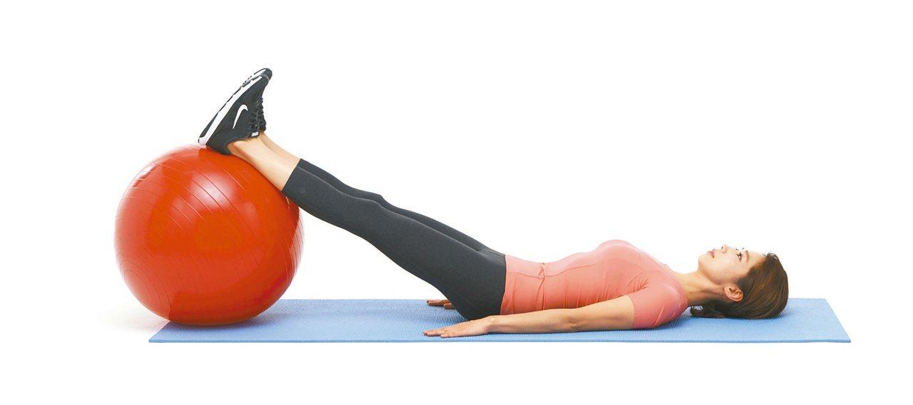 1.躺姿,雙手緊貼地面,雙腳併攏後抬到抗力球上。圖/聯經出版提供