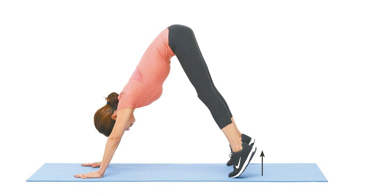 2.踮腳使臀部向上抬起,延展上半身。腳後跟抬起來5秒後,再放下回到原位。圖/聯經...
