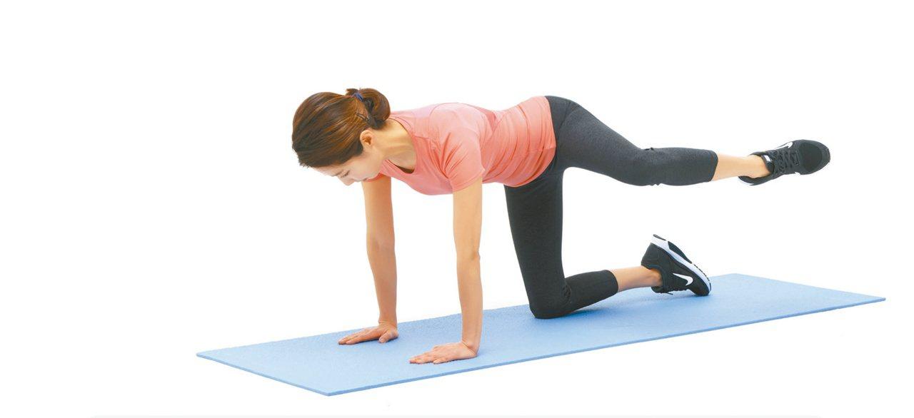 2.右腳彎曲呈90度,左腳直接往旁邊抬起,維持5秒後再放下,並換邊動作。圖/聯經...