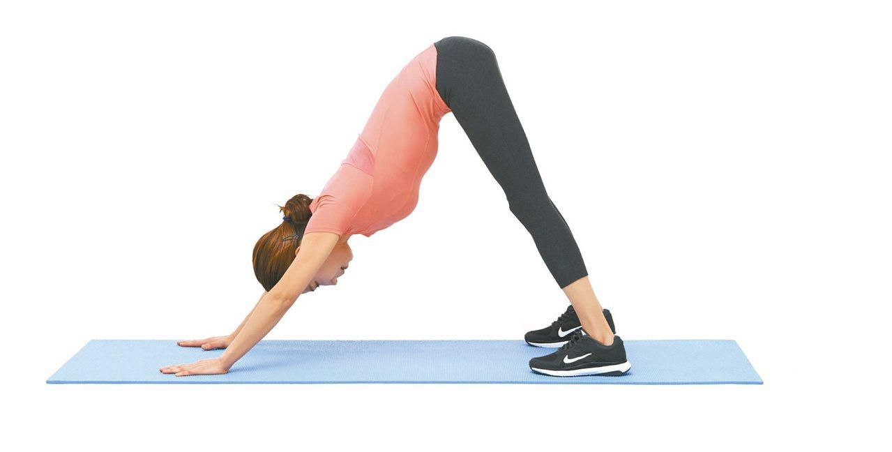 1.身體呈三角形,雙臂伸直貼地,膝蓋盡量打直。圖/聯經出版提供