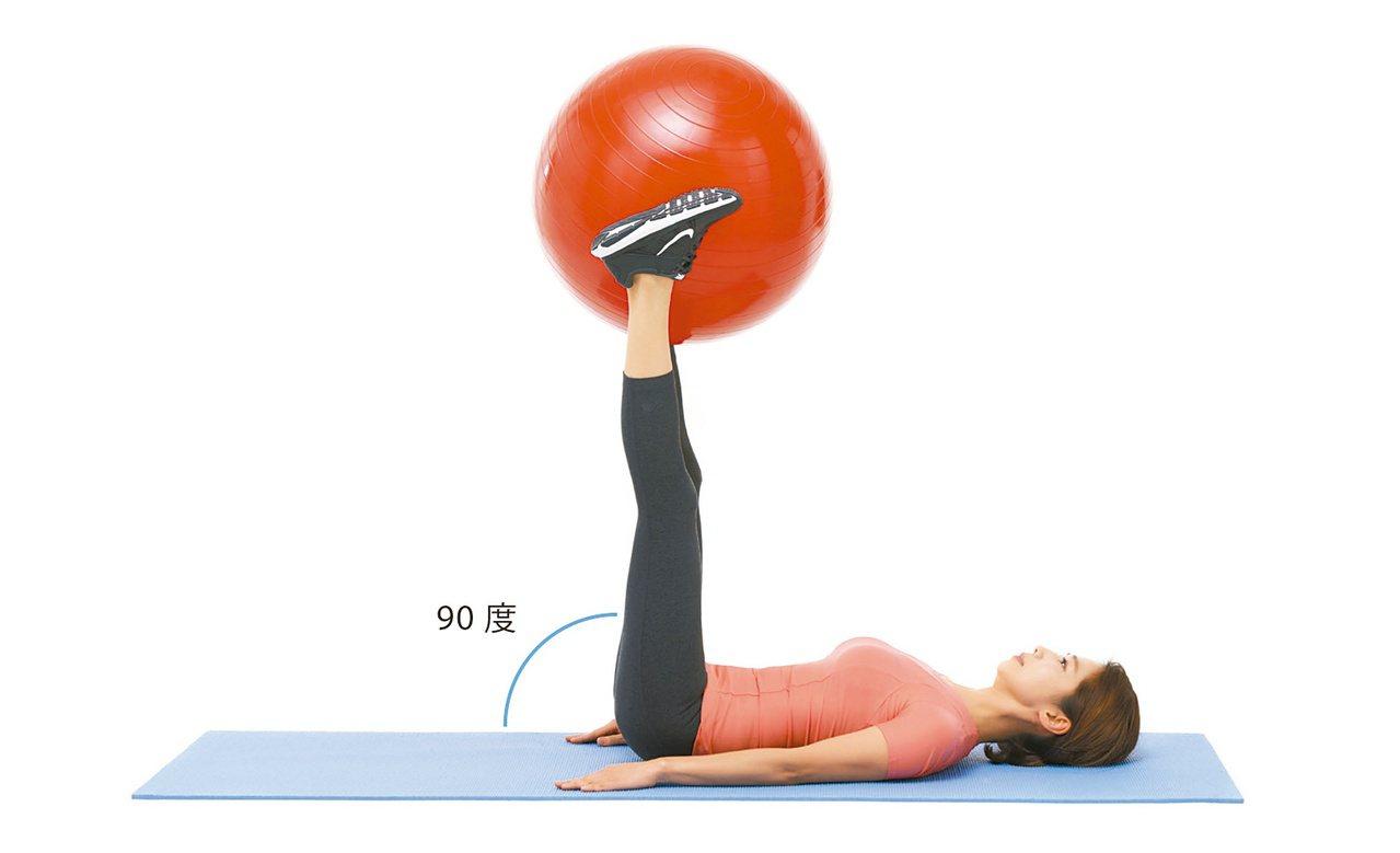 1.將抗力球夾在雙腳中間,抬腿並與地面呈90度。圖/聯經出版提供
