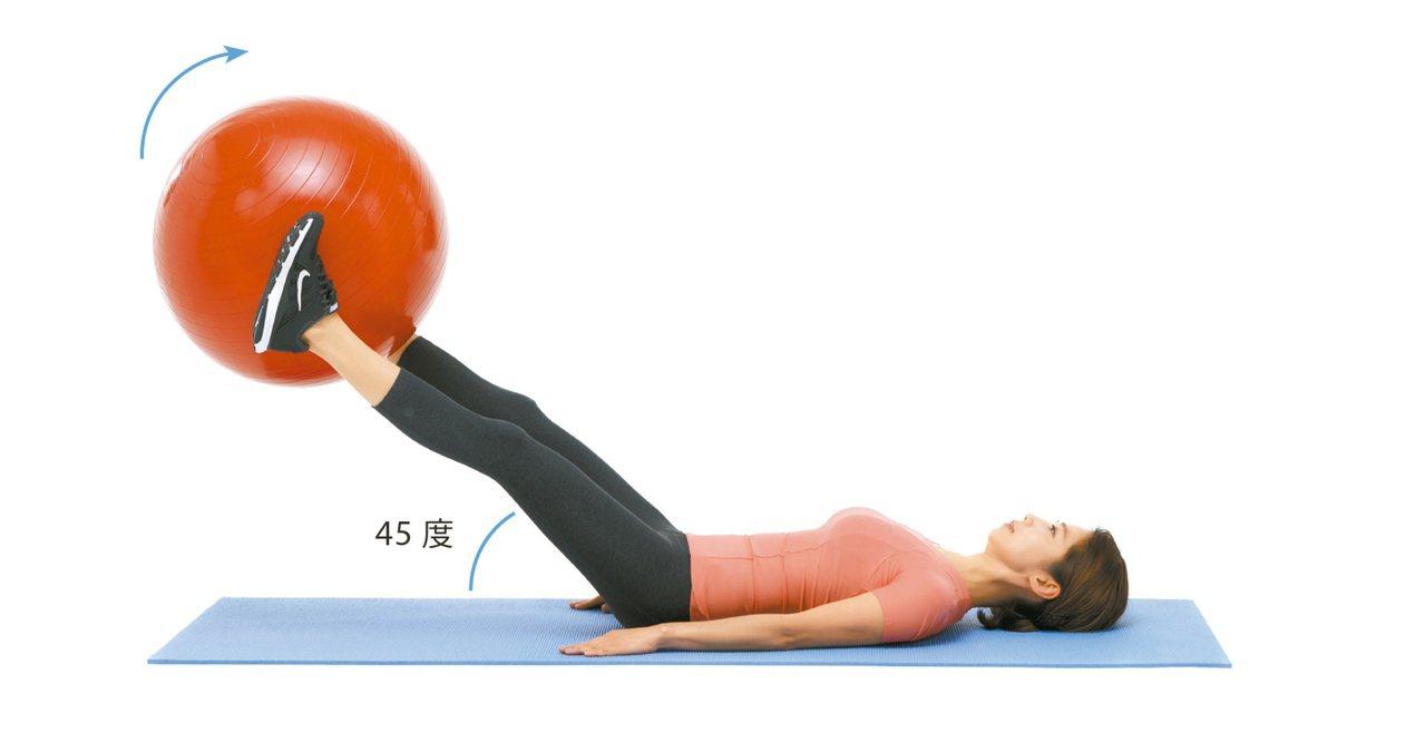 2.腰部壓地,同時將雙腳放下至45度,然後維持5秒。這時用雙臂固定上半身,避免腰...