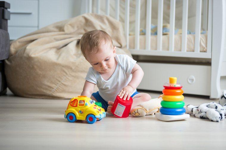 家長一定要隨時看顧小孩,以免小孩誤食玩具等物品,造成難以想像的後果。圖片來源/i...