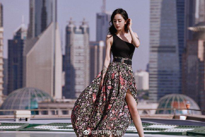 楊冪在上海拍攝ETRO形象片,資源豐厚的她已經搶先全球穿上時裝周甫發表的2022...