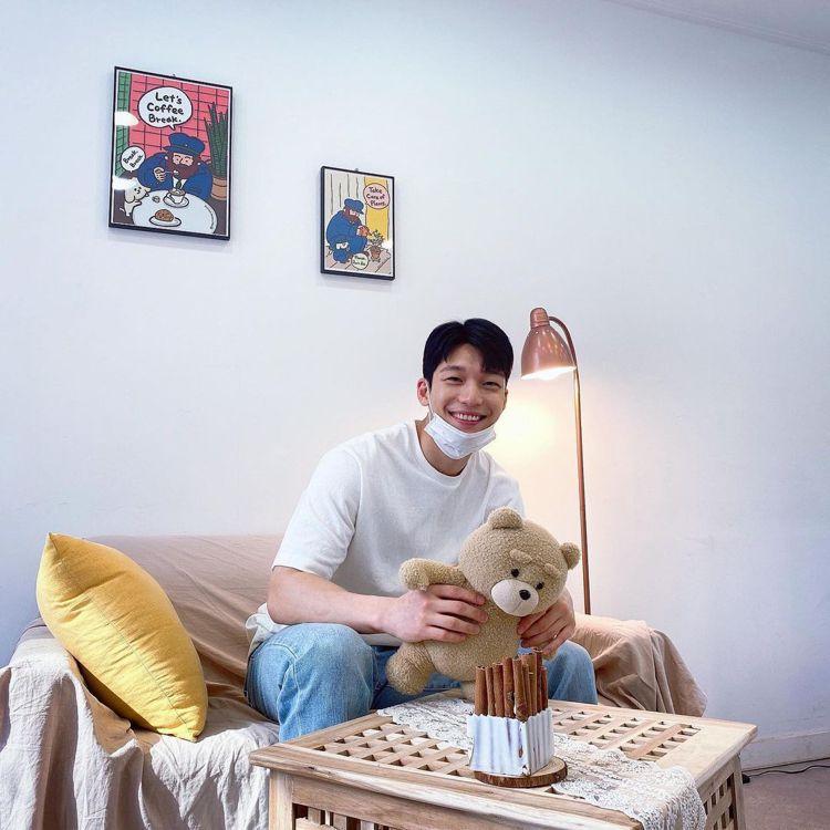 魏河俊的暖男笑容,是IG照片的主要風格。圖/取自IG