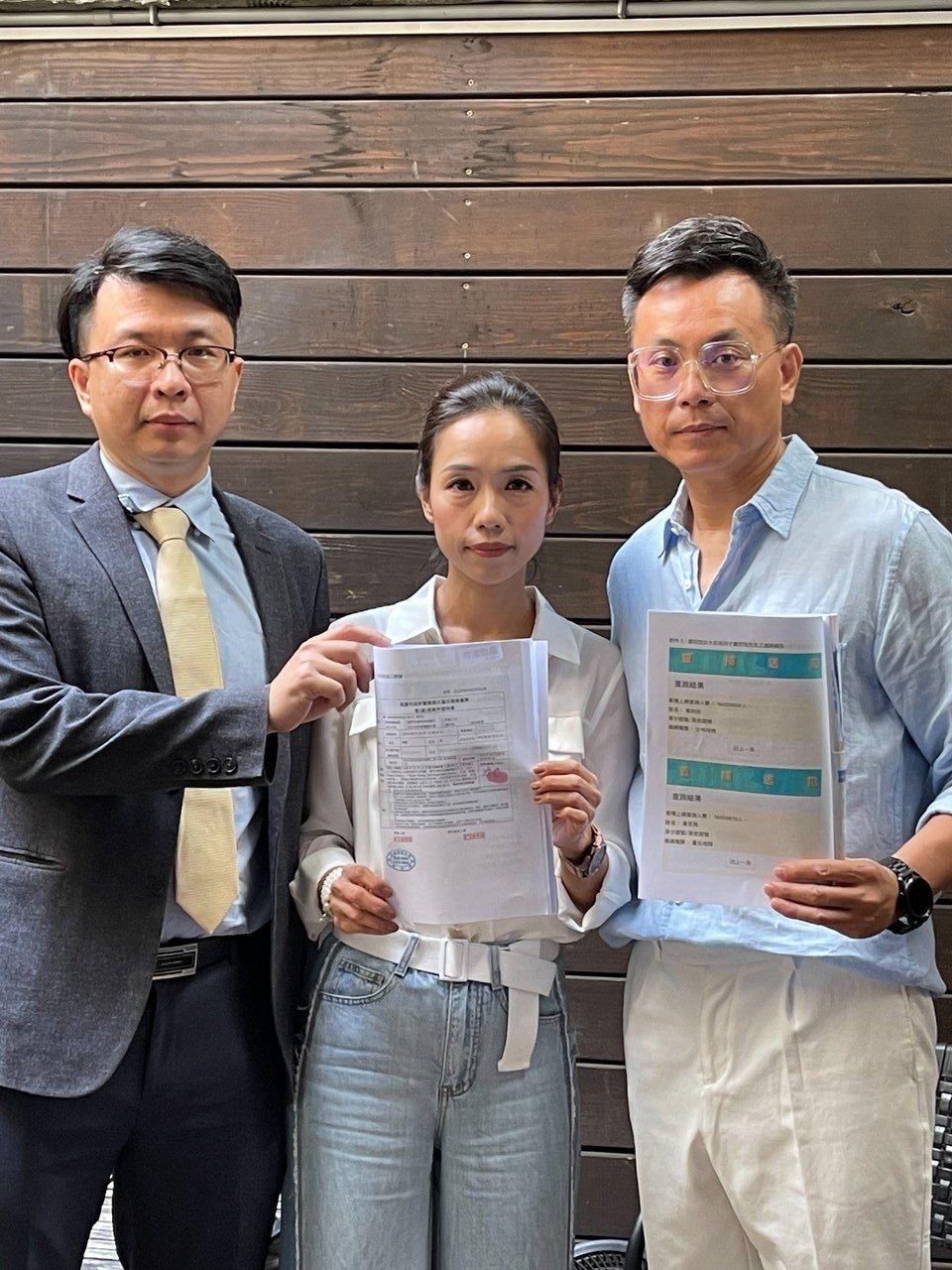 藝人陳霆(右)夫妻在律師劉安桓陪同下召開記者會,表示受到友人詐騙,希望不要在有其