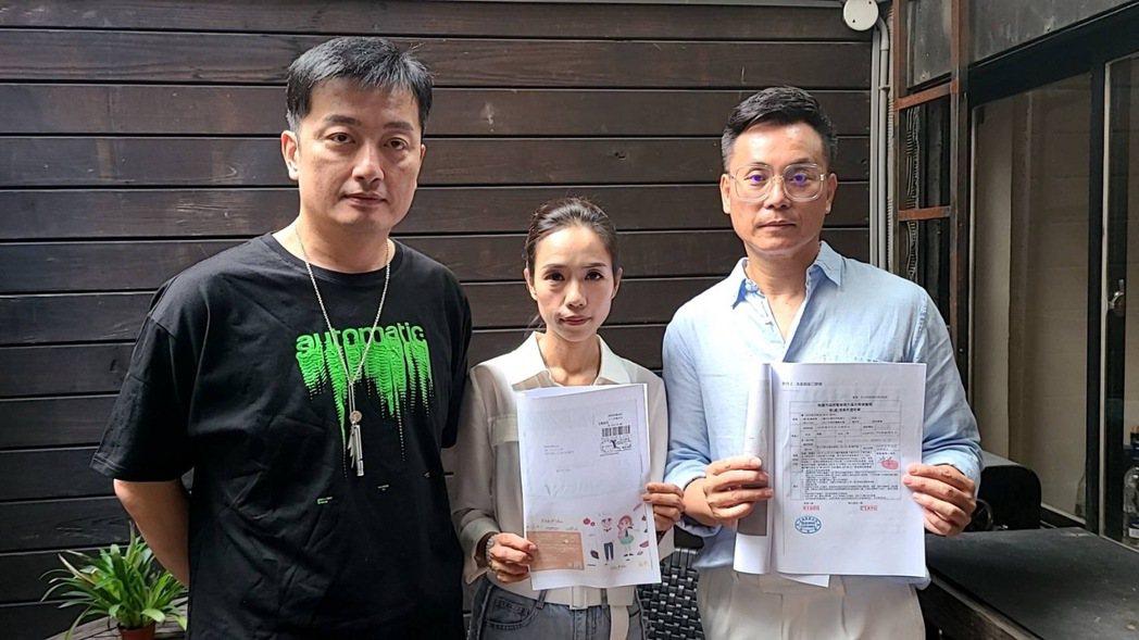 陳霆夫妻(左二左三)在市議員李傅中武(左)及律師陪同下召開記者會,公布自己遭到詐...