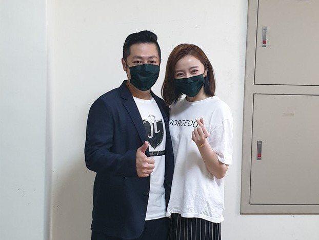 王瞳陪著艾成一起工作。記者李姿瑩/攝影