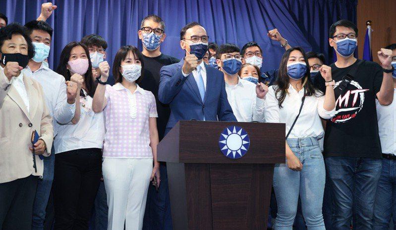 國民黨主席當選人朱立倫(中)晚間舉行記者會,宣布將拜會每位候選人團結國民黨,記者會結束後並與支持者合影。記者潘俊宏/攝影