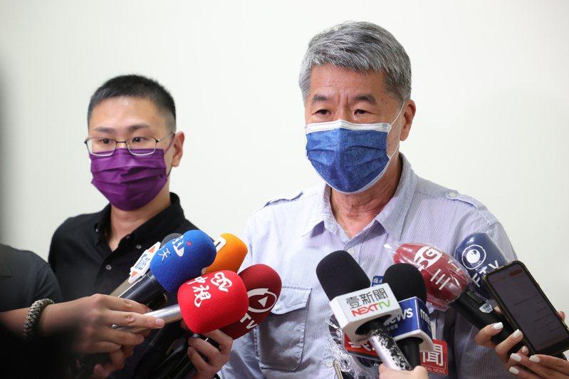 國民黨主席候選人張亞中(右)發表敗選感言,強調國民黨要贏得民心。 記者葉信菉/攝影