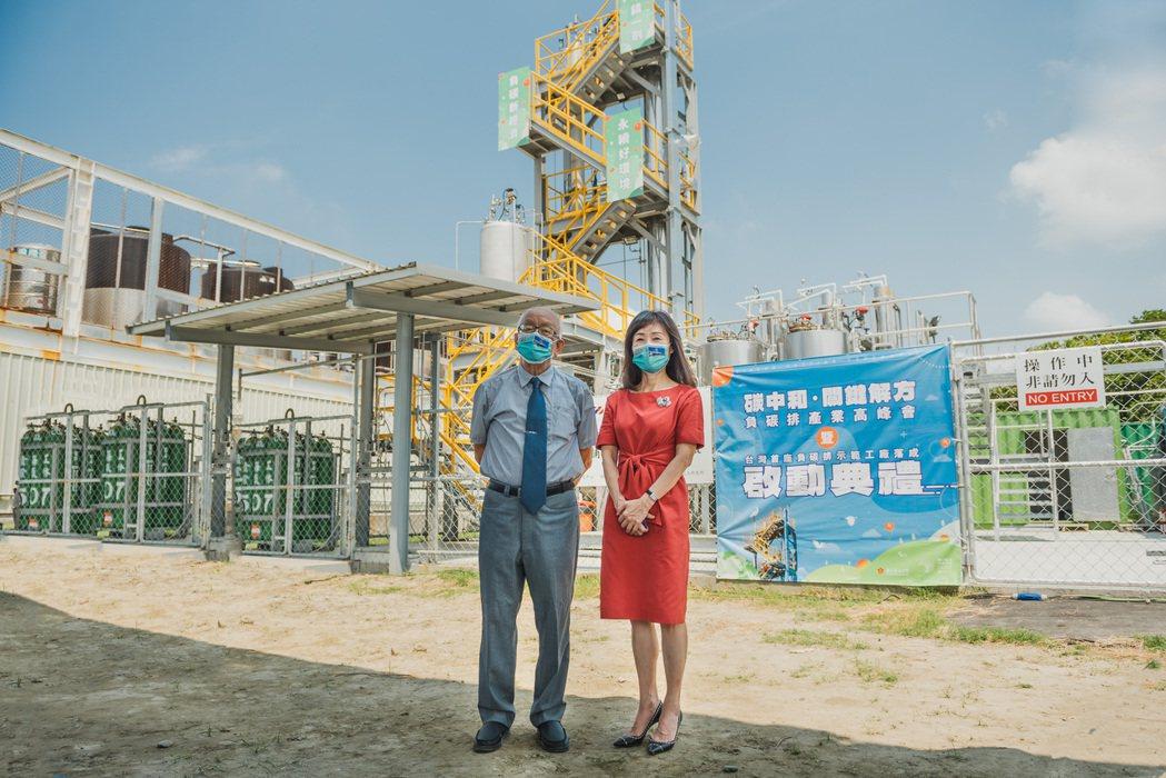 成大化學工程學系特聘教授陳志勇(左)與成大校長蘇慧貞一同合影。 成大/提供
