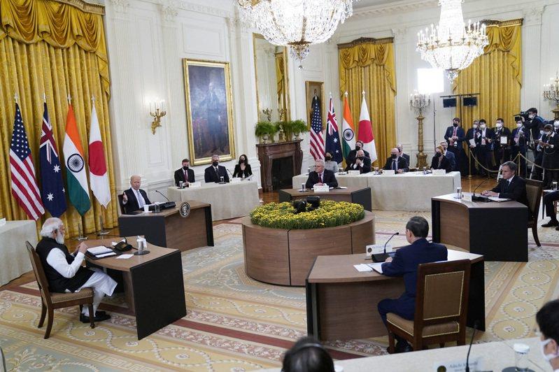 美日澳印「四方安全對話」(Quad)領袖峰會24日在白宮舉行,美國總統拜登、日本首相菅義偉、印度總理莫迪和澳洲總理莫里森親自出席。 美聯社