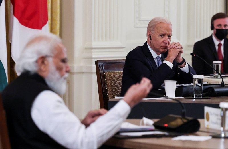 圖為美國總統拜登(右)與印度總理莫迪(左)。 路透社