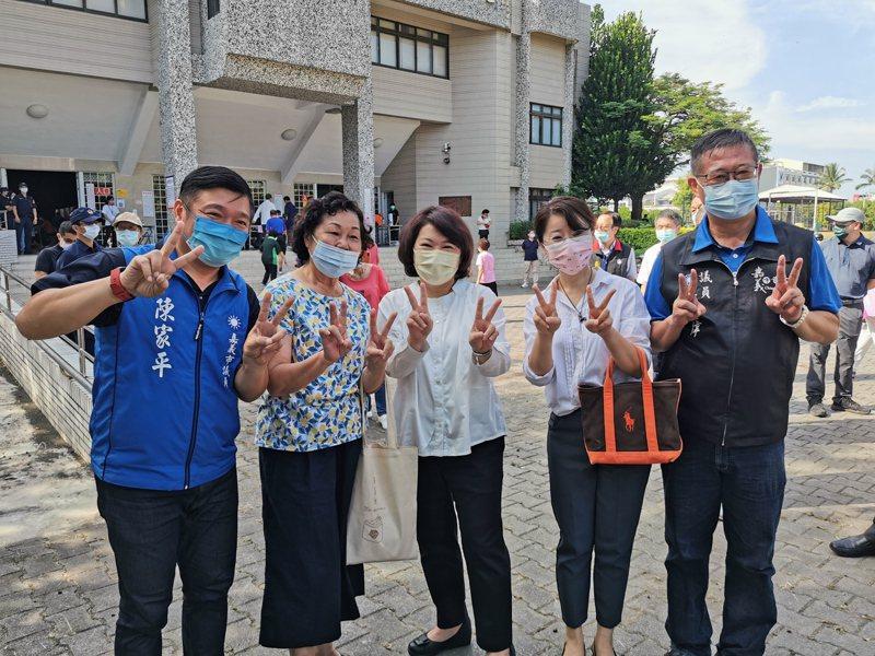 黃敏惠今天投票前拍照雙手比YA,說明這代表「嘉義市可領2000元」。記者卜敏正/攝影