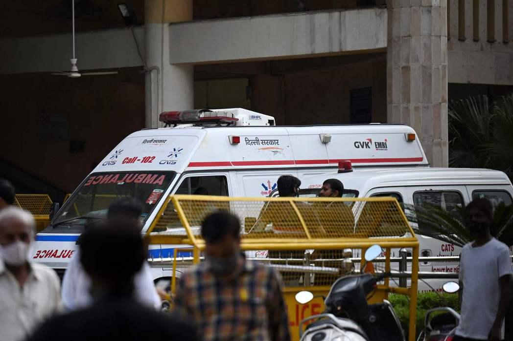 印度首都德里法庭24日爆發槍戰,兩名槍手假扮成律師進入法庭,開槍射殺一名因謀殺罪...
