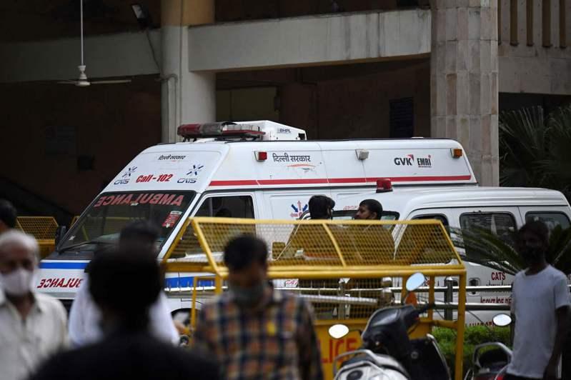 印度首都德里法庭24日爆發槍戰,兩名槍手假扮成律師進入法庭,開槍射殺一名因謀殺罪受審的黑幫份子,隨後這兩名槍手也被警察擊斃。法新社