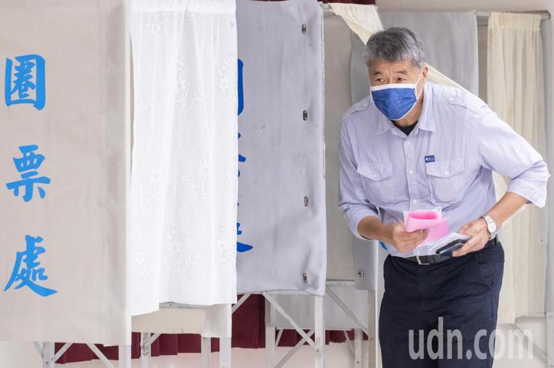 國民黨主席候選人張亞中上午在景美完成投票。記者季相儒/攝影