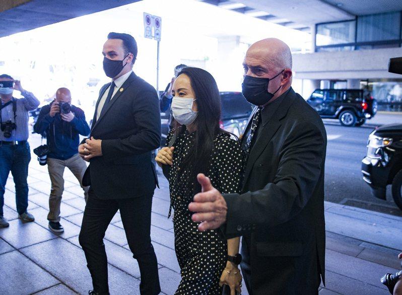 加拿大法院24日宣布終結孟晚舟(中)的引渡程序並當庭釋放,孟晚舟隨即搭機離開加拿大返回中國大陸。歐新社