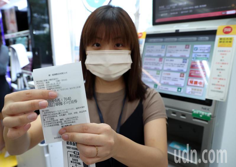 振興五倍紙本券上午在超商接受登記,使用健保卡按照機台指示步驟操作,很快就預約完成。記者曾吉松/攝影