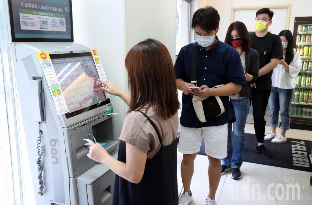 振興五倍紙本券上午在超商接受登記,不少民眾排隊預約。記者曾吉松/攝影