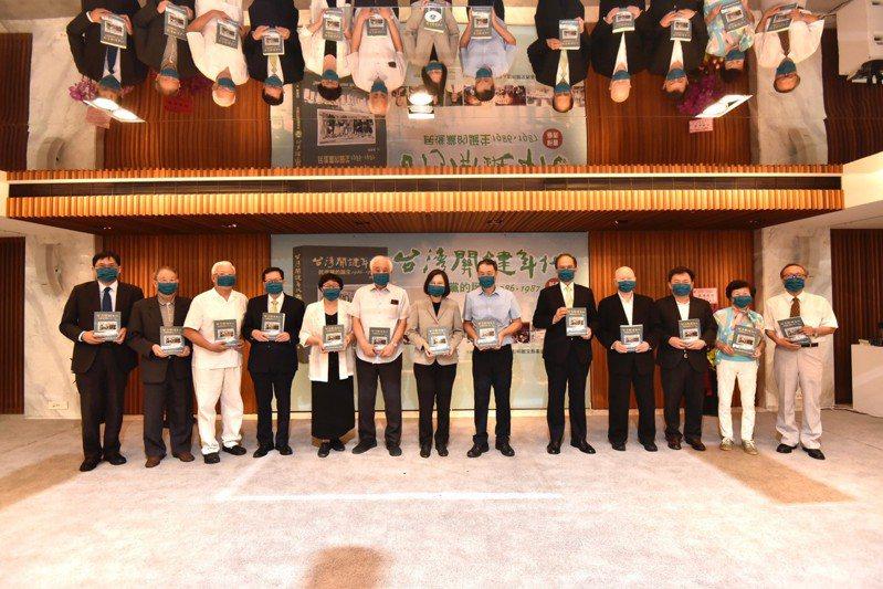 民進黨秘書長林錫耀(右三)、桃園市長鄭文燦(左四)出席「台灣關鍵年代民進黨的誕生1986-1987」新書發表會。圖/民進黨提供