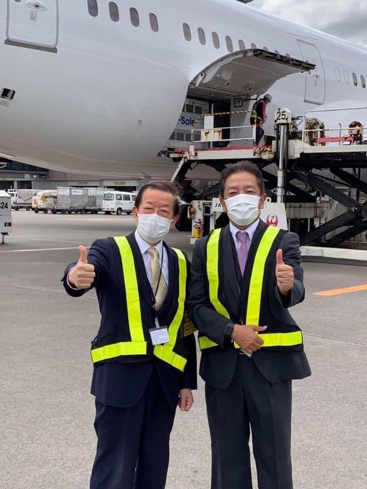 我駐日代表謝長廷(左)和日本機長合影。圖/取自謝長廷臉書