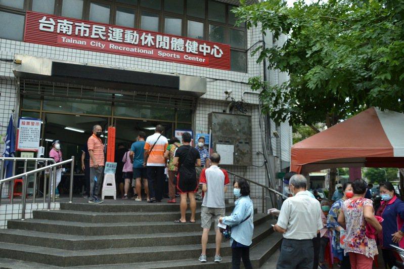 國民黨主席選舉今天舉行,台南市東區投票所出現排隊投票情形。記者鄭惠仁/攝影