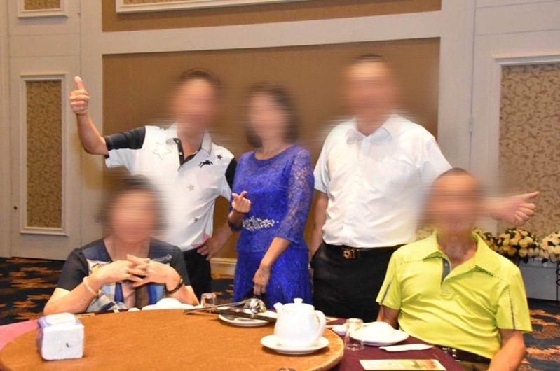 新竹地區某獅子會成員16日PO出聚會多張照片,不少成員未戴口罩、餐廳也不見梅花座等防疫措施,引發防疫破口質疑,竹市衛生局將展開調查。記者張裕珍/翻攝