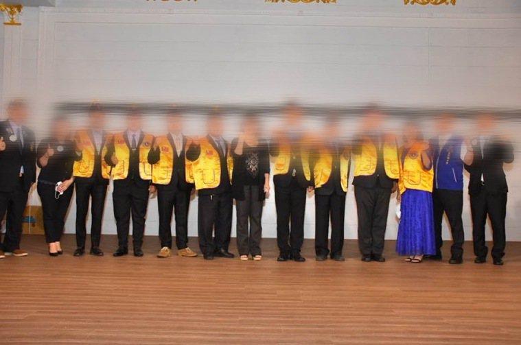 新竹地區某獅子會成員16日PO出聚會多張照片,不少成員未戴口罩、餐廳也不見梅花座...