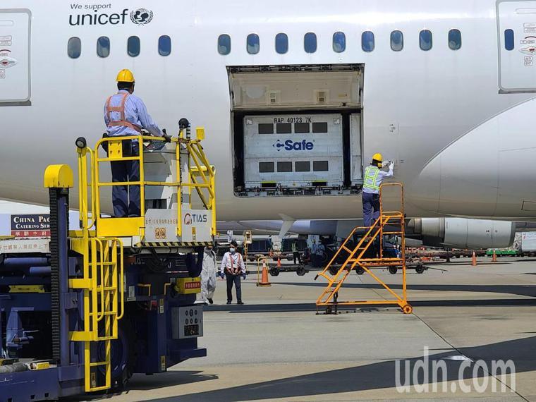 日本政府第五度捐助台灣的疫苗下午抵達桃園機場。記者鄭超文/攝影
