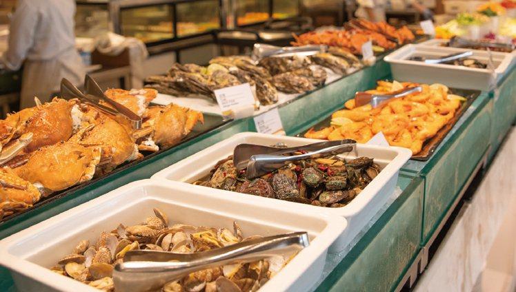 海鮮餐檯供應肥美新鮮大白蝦、清蒸螃蟹,還有手掌般大的美國大生蠔都能無限取用。圖/...