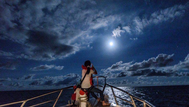 花蓮縣政府推出月光賞星船,載遊客乘船出海欣賞月光海,相當浪漫。圖/縣府提供