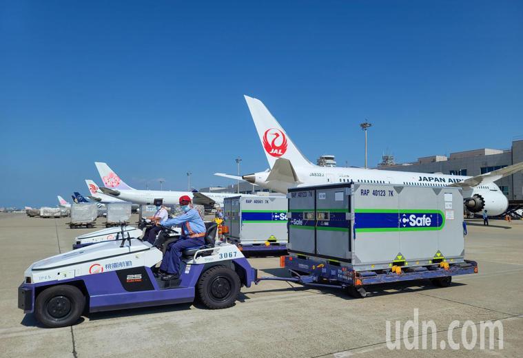 日本贈台的第五批疫苗下午由日航JL-809航班運抵桃園機場,有兩個冷凍櫃,總計五...