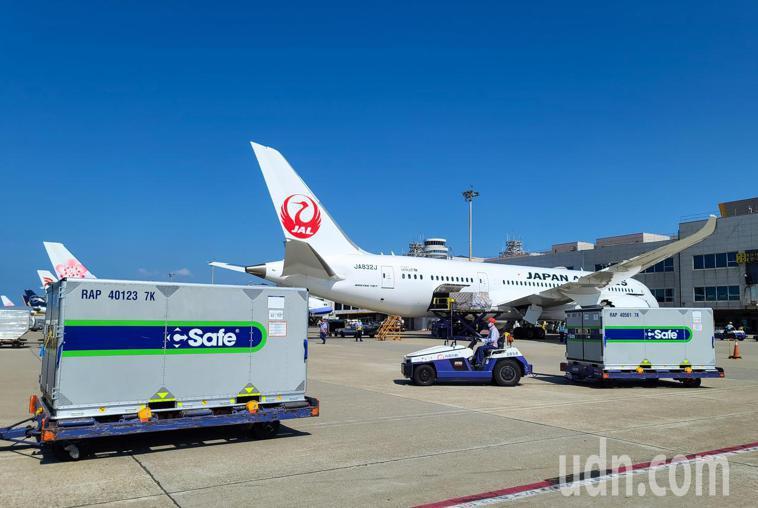 日本贈台的第五批疫苗下午由日航JL-809航班運抵桃園機場,總共有兩個冷凍櫃。記...
