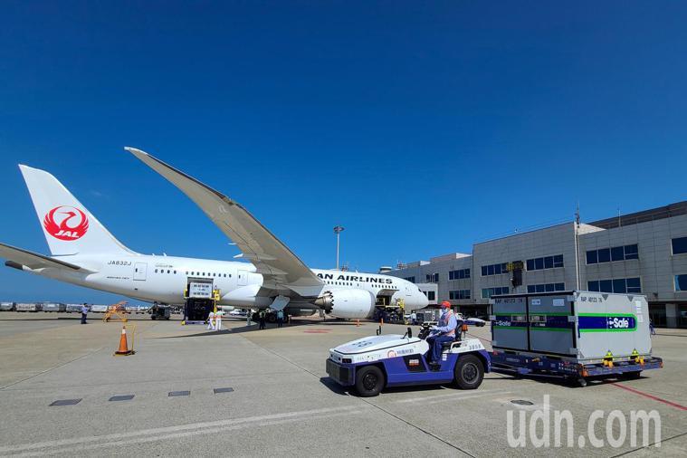 日本贈台的第五批疫苗下午由日航JL-809航班運抵桃園機場。記者鄭超文/攝影